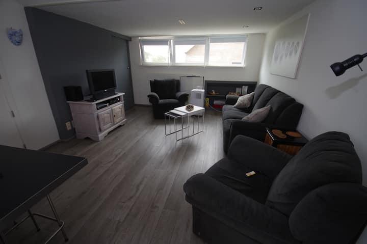 Één ruim, lichtgevend, rustig gelegen appartement