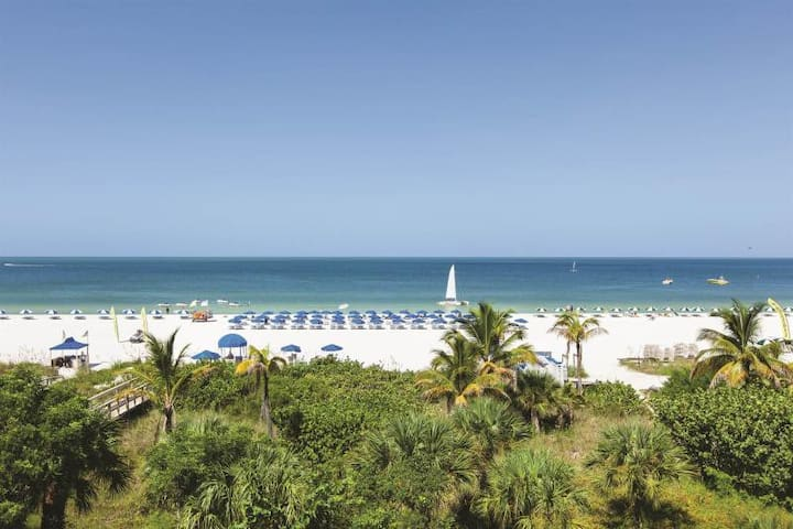 Right on the Beach! Lovely Gulf View Suite, Pool