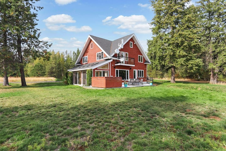 Family-friendly lake home with sunroom/private deck/hot tub + Netflix/free WiFi!