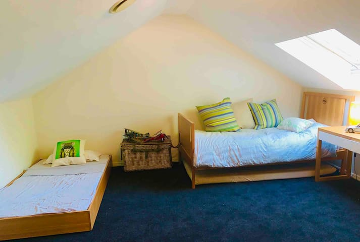 Spacious, 2 bed attic room. 5 mins to CBD
