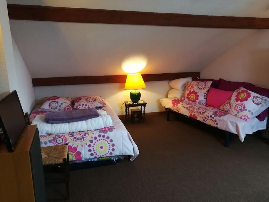 Coin lit double (140) et banquette (160, ou 2 lits simples) dans le salon