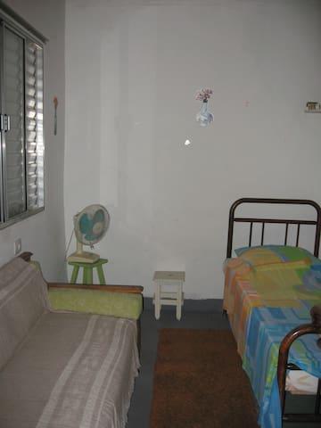 Casa nos fundos de um sobrado na Vila Romana