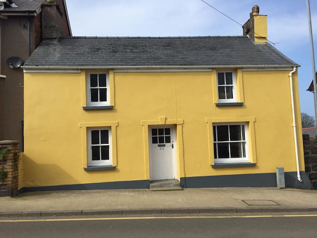 Listed 17th Century cottage in heart of the town
