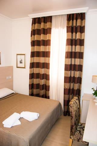 Comoda camera matrimoniale Roma Centro