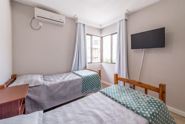 Quarto 100% equipado com roupas de cama, travesseiros, cobertores, toalhas de banho, TV smart Wifi, ar condicionado, armários com cabides