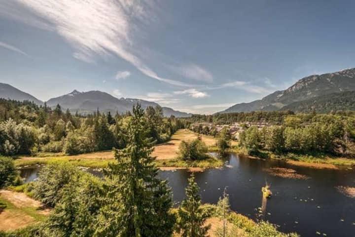 STUNNING VIEWS OF MOUNTAINS, WATER & WILDLIFE
