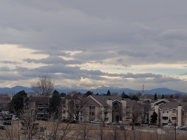 Mtn Views-2 bed/2 bath Condo-Aurora town center
