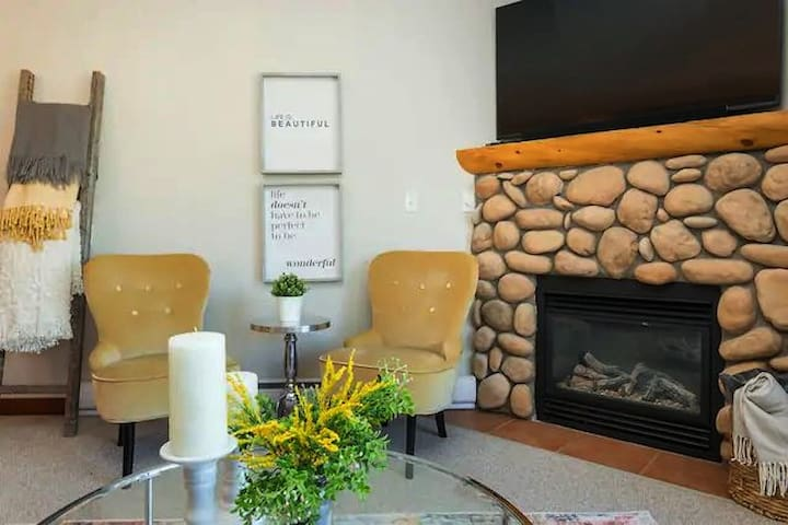Chic 3 Bedroom Condo with Rooftop Hot Tub!