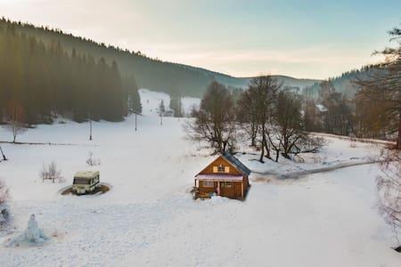 Drewniany domek pod masywem Śnieżnika