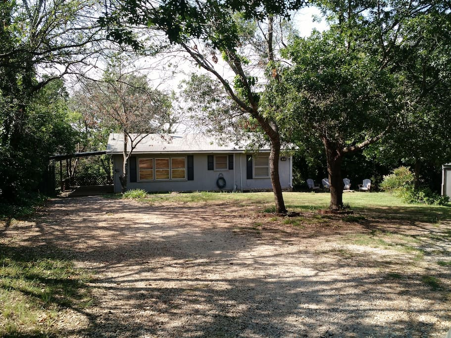 Waterview Cabin has a huge fenced yard and is a 5-7 minute walk to a local swimming cove.