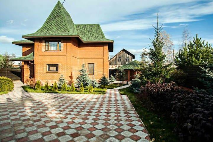 Красный дом, Лосиный остров - Medvezhyi Ozera - House