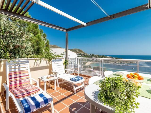 Duplex con piscina y vistas al mar