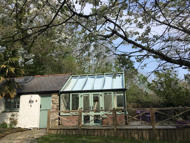 The Studio. A cottage perfect for couples & a dog