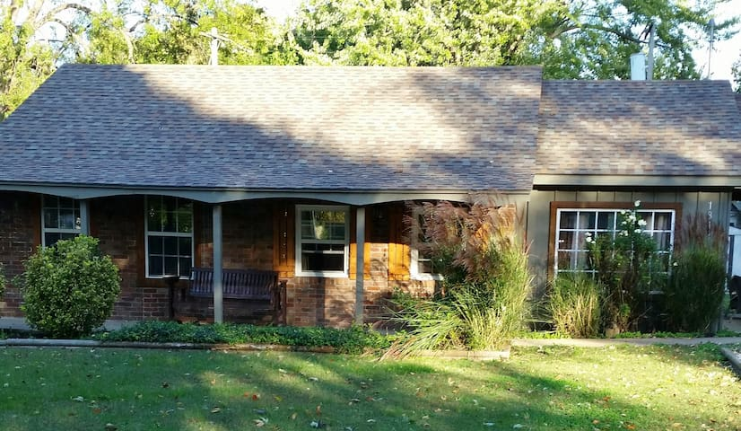 Centrally located cozy cottage - Springfield - Hus
