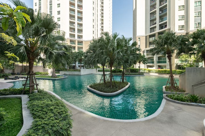 2BR / MRT Rama 9/Resort-like Condo/pool/gym