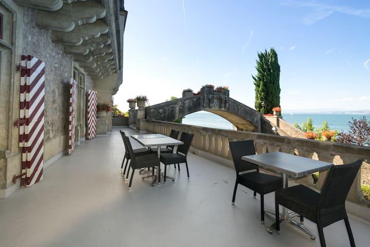 Ds un Château au Bord du Lac Léman - Lugrin - Schloss