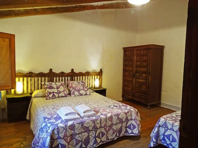 1 bedroom with 1 single bed