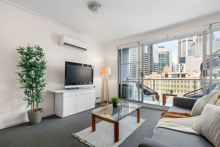 A Modern Apt with City Views Next to Darling Harbour