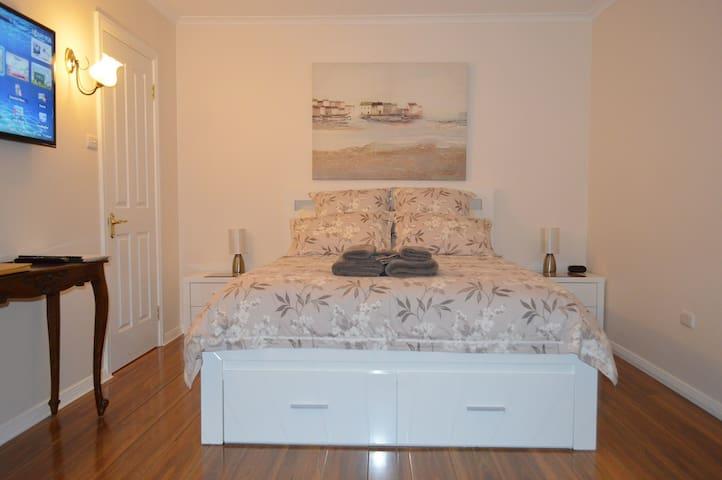 1 Queenside Bed
