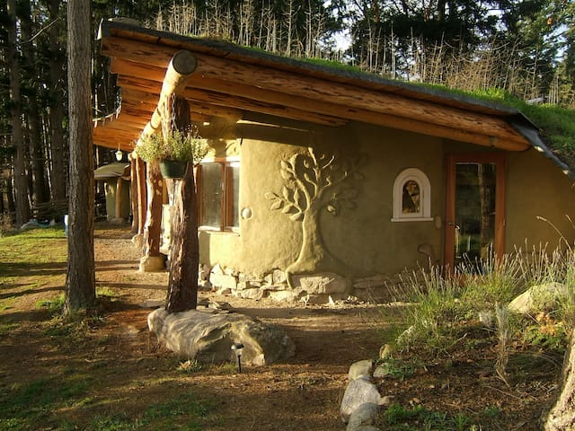 Picturesque and unique cob home on organic farm - Mayne Island - Casa-Terra