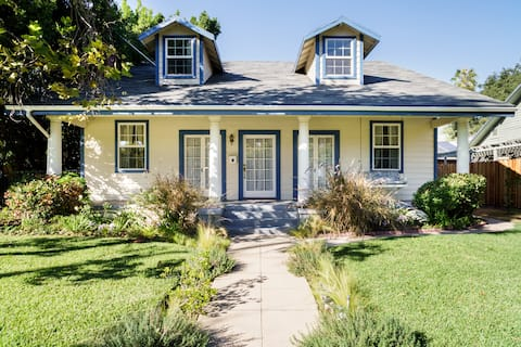 Old World Charm by Bungalow Heaven with Breakfast & Parking