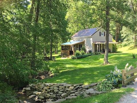 Romantic Getaway Cottage w/ Hot tub, Open loft