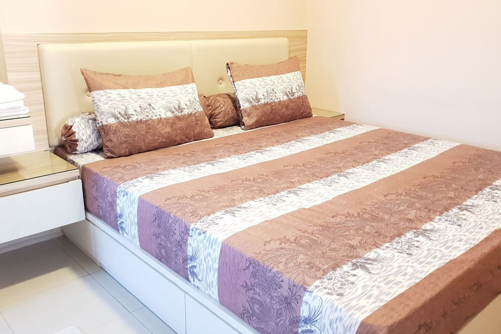 Bedroom No.1. King Size Bed + modern minimalist furnished. Available extra matrass in here.