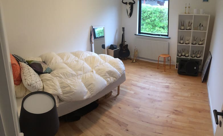 Nice room in a quiet neighbourhood - Aarhus - Casa
