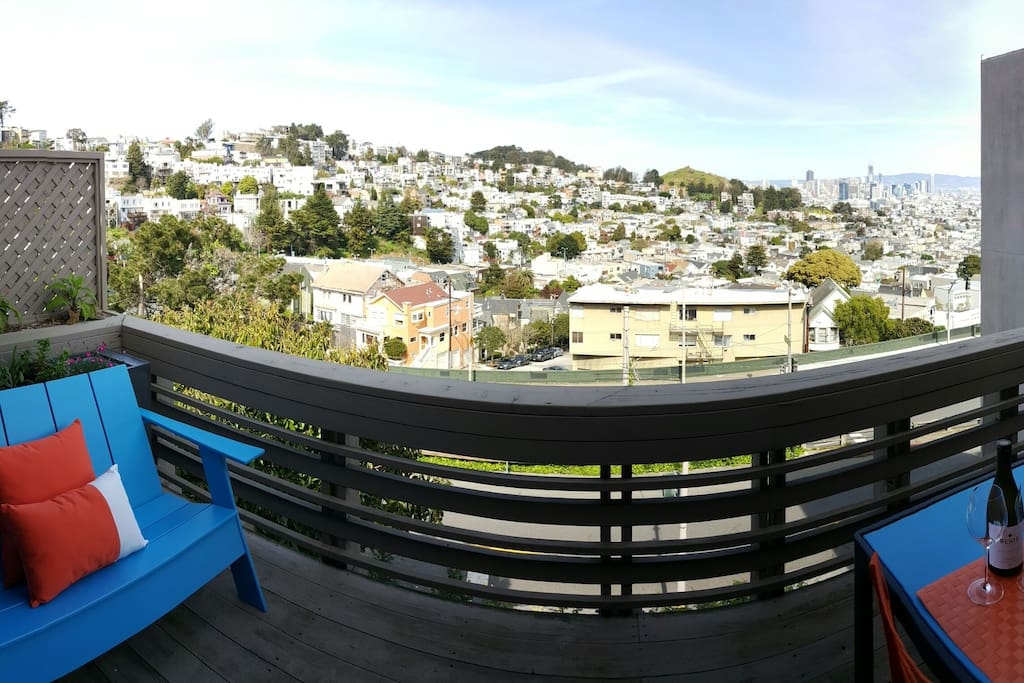 Welcome to your Market Street Retreat, a beautiful 2 bedroom, 2 bathroom home looking out onto the San Francisco city skyline!