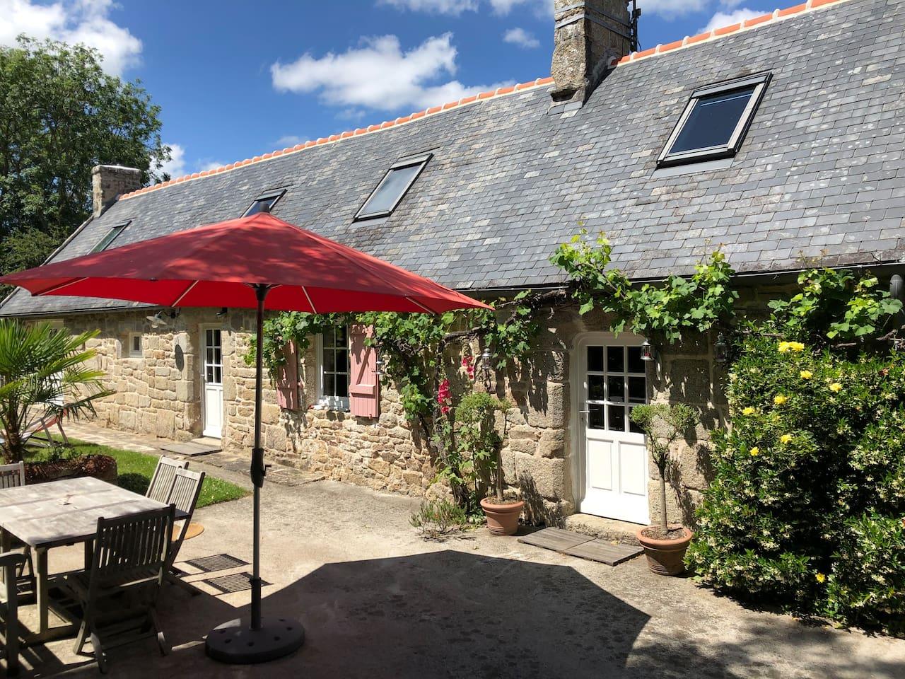 La longère en pierres, la terrasse et une partie du jardin