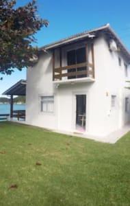 Casa aconchegante frente Mar - Governador Celso Ramos - Hus