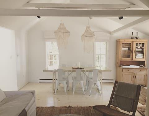 'Cabana Sur Mer' 3BR cottage steps to beach