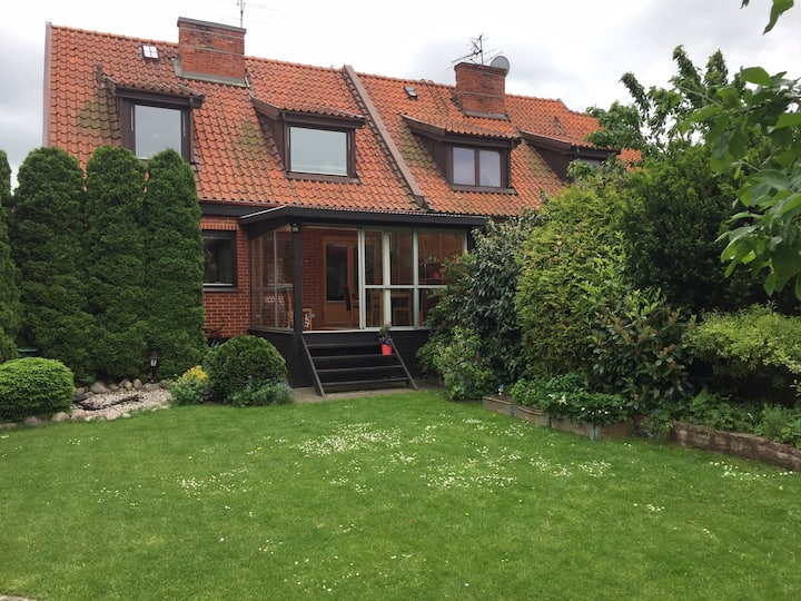 Mysigt hus med idyllisk trädgård