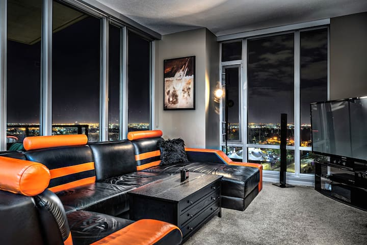 Glamorous Suite Downtown | Free Parking | Hot Tub