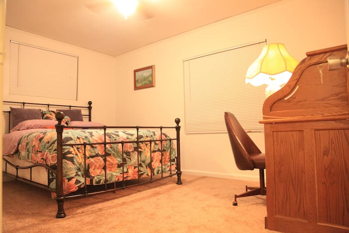 Nice Bedroom in Cute House,by I-5,UOP,Alpine Plaza