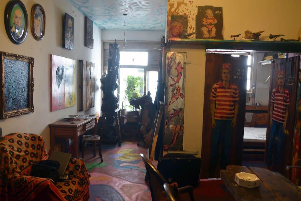 sala, com quarto n:2,  nas paredes grafitis do artista.