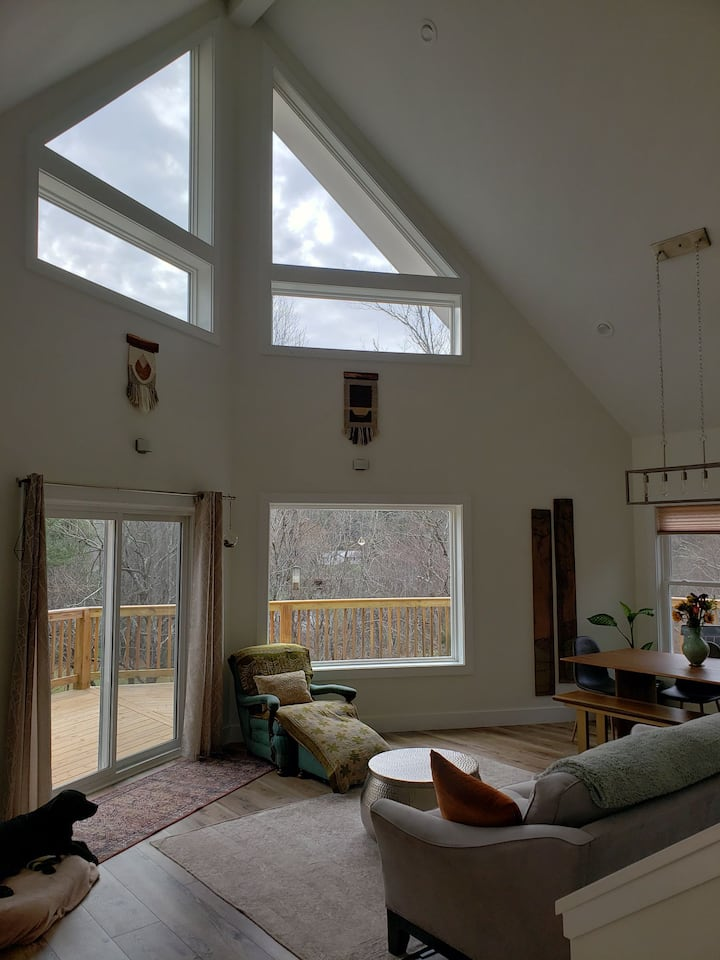 Quiet treehouse feel 15 minutes from Asheville!