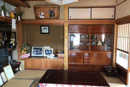 静かな里山 日本庭園があり、和風の日本家屋。和室で敷布団体験が出来ます。