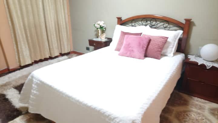 Confortable y céntrica habitación en zona segura.