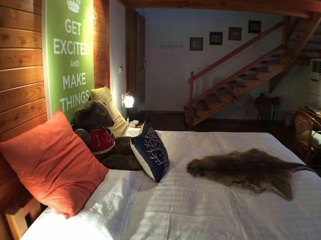 此房间是别墅里的一间,木结构房屋,上下二层很温馨。床宽2米,非常舒适。 - Zhenjiang