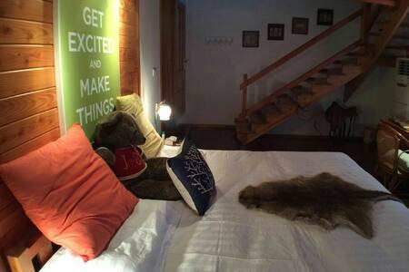 此房间是别墅里的一间,木结构房屋,上下二层很温馨。床宽2米,非常舒适。 - Zhenjiang - Casa de campo
