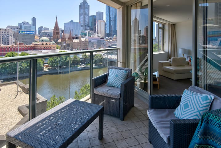 Fantastic city location overlooking river 1