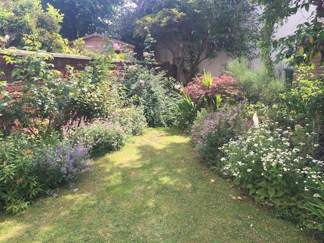 Cheltenham & Cotswolds - private garden & parking