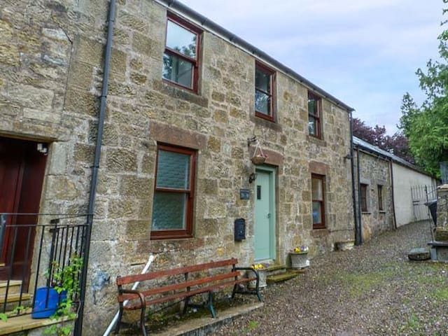THE OLD DOCTOR'S COTTAGE, pet friendly in Douglas, Ref 932065