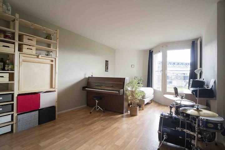 Musician's warm studio with view on Villette Park