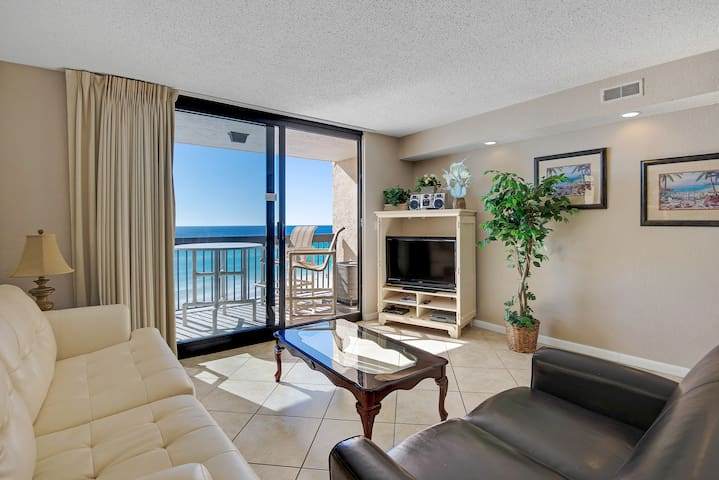 Beachfront condo w/private balcony & resort hot tub & pools - snowbirds welcome!