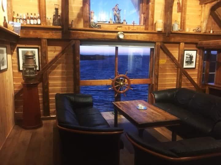 Flott sjøhus med leilighet i sjøkanten