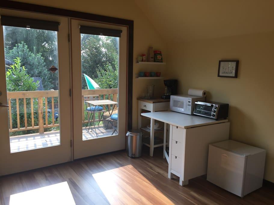 above garage rental in westmoreland suites parentales ou similaires louer portland. Black Bedroom Furniture Sets. Home Design Ideas