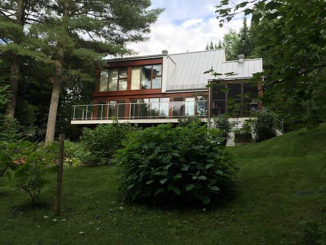 En retrait de la ville. Maison design sur 3 étages