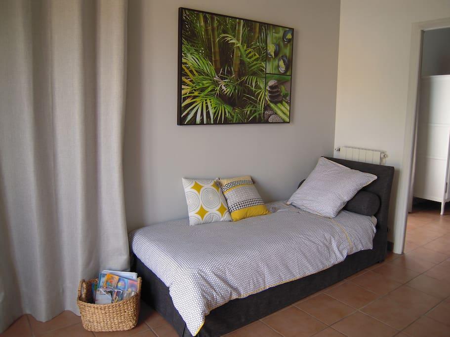 Petit salon avec 1 lit 80x190 cm pour enfant